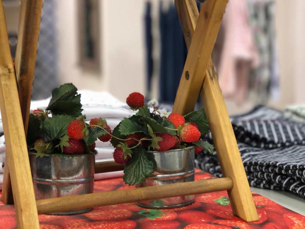wir l uten die erdbeer saison mit frischen sommer kollektionen ein wir lieben mode mode aus. Black Bedroom Furniture Sets. Home Design Ideas